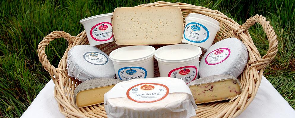 Photo de différents produits laitiers présentés dans une corbeille en osier